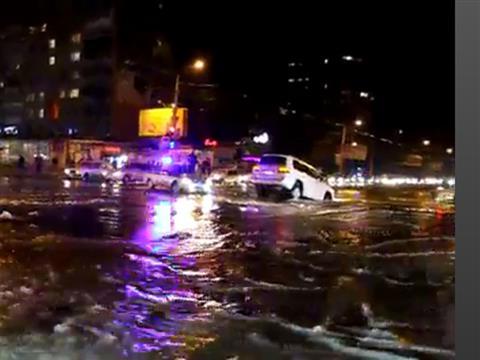 Из-за прорыва трубы в яму провалился Lexus с четырехлетним ребенком (видео)