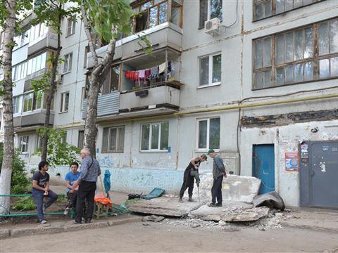 Жители дома, где рухнул бетонный козырек, жалуются на еще две аварийные крыши