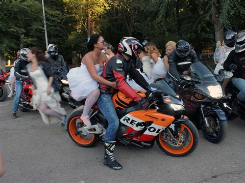 Марафон невест в Самаре завершился мужским стриптизом