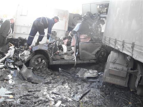 На трассе М-5 Subaru раздавило двумя грузовиками, водитель погиб (видео)