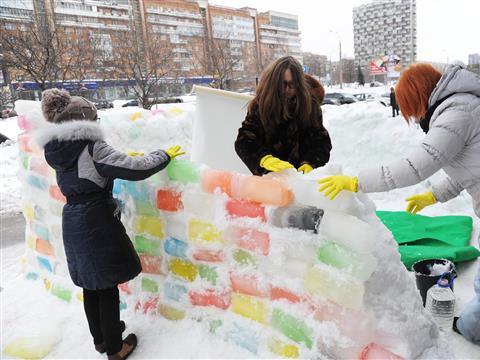 Возле областной юношеской библиотеки появился ледяной кинотеатр