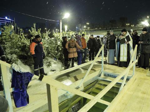 Самарцы отпраздновали Крещение господне массовыми купаниями в Волге на Полевом спуске