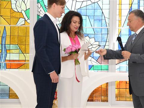 Дмитрий Азаров подарил молодой самарской семье два билета на матч Россия - Уругвай