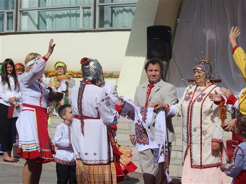 В региональном фестивале национальных свадеб приняли участие более двухсот пар губернии
