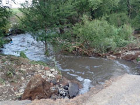 В Красноармейском районе при подъеме уровня воды в пруду размыло дамбу
