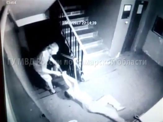 В Тольятти грабитель протащил пенсионерку по лестнице, отнимая сумку
