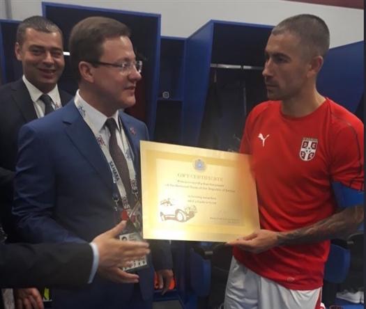 Дмитрий Азаров вручил Александару Коларову сертификат на Lada4×4