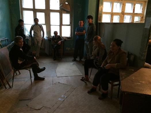 За первый месяц работы мигрантам заплатили 25 тыс. руб., а потом заставили фактически работать за еду.