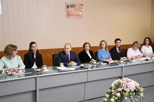Понижение НДС, смягчение проверок: о чем говорил Владимир Путин с женщинами-предпринимателями