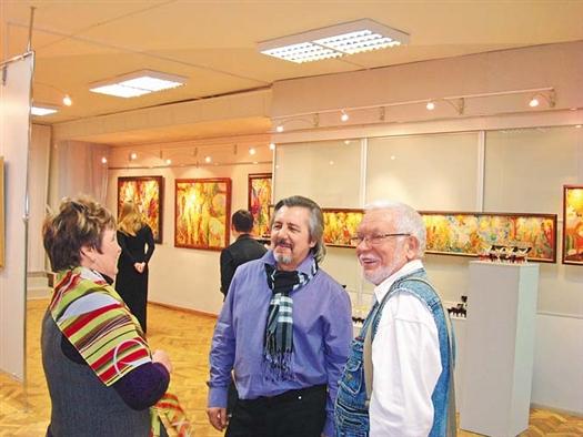 С открытием выставки художника Владимира Конева (в центре) пришли поздравить его друзья.