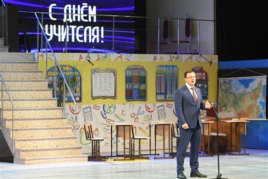 """Дмитрий Азаров: """"В руках учителей - будущее региона и России"""""""