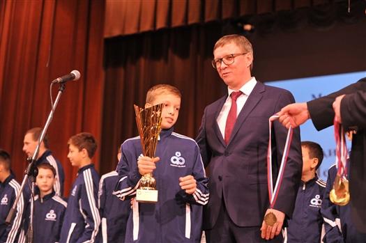 Победители и призеры чемпионата области по футболу получили медали и кубки