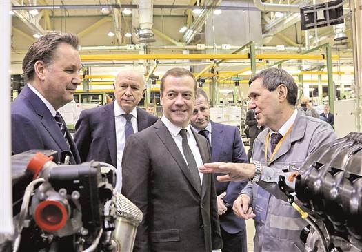 В ходе визита в Тольятти глава российского правительства Д.А.Медведев ознакомился с новинками АВТОВАЗа  и побеседовал с сотрудниками предприятия