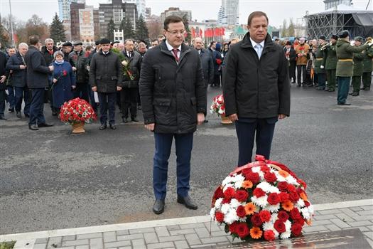 На площади Куйбышева состоялось возложение цветов в память парада 1941 года
