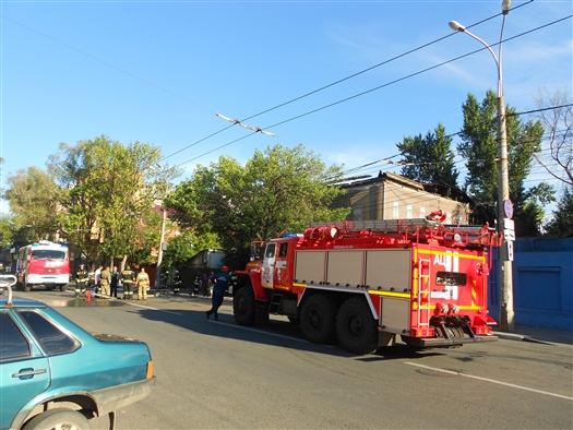 Чтобы потушить расселенный дом на ул. Некрасовской, пожарные перекрывали проезжую часть