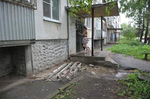 В п. Управленческий на 10-летнюю девочку упала бетонная глыба подъездного козырька