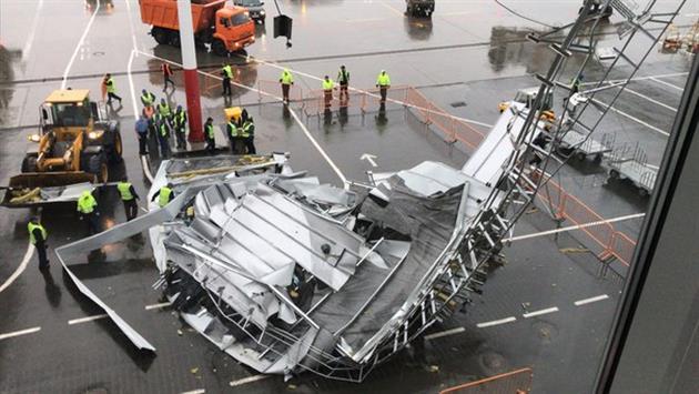 В Курумоче сильный ветер повредил кровлю пассажирского терминала
