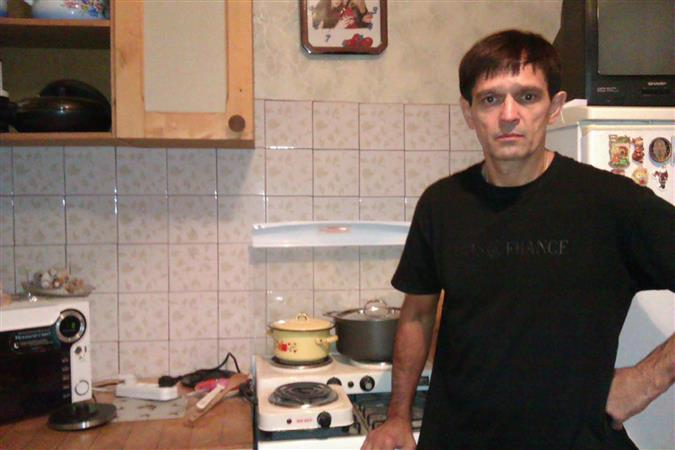 Вячеслав Долгов, как и все жители подъезда, готовит еду на электрической плите