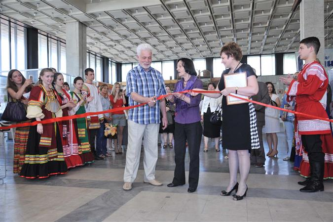В экспозиции представлено более 160 гобеленов, выполненных как профессиональными художниками, так и студентами