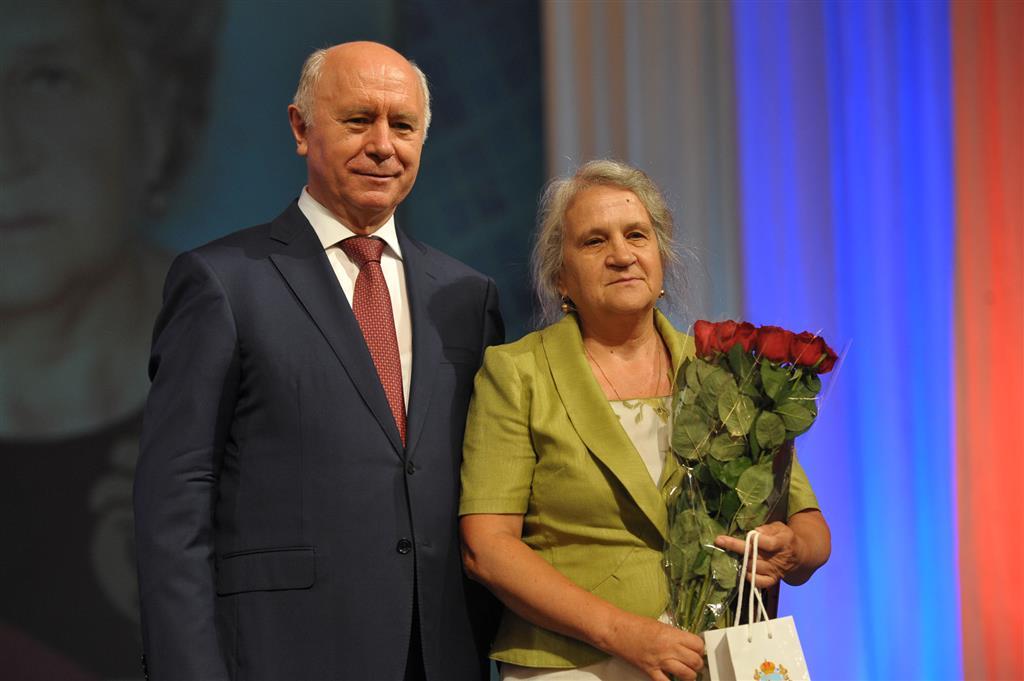 губернатор поздравил работников торговли человек