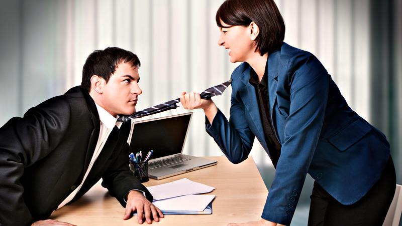 Меня домогается начальник мужа и шантажирует