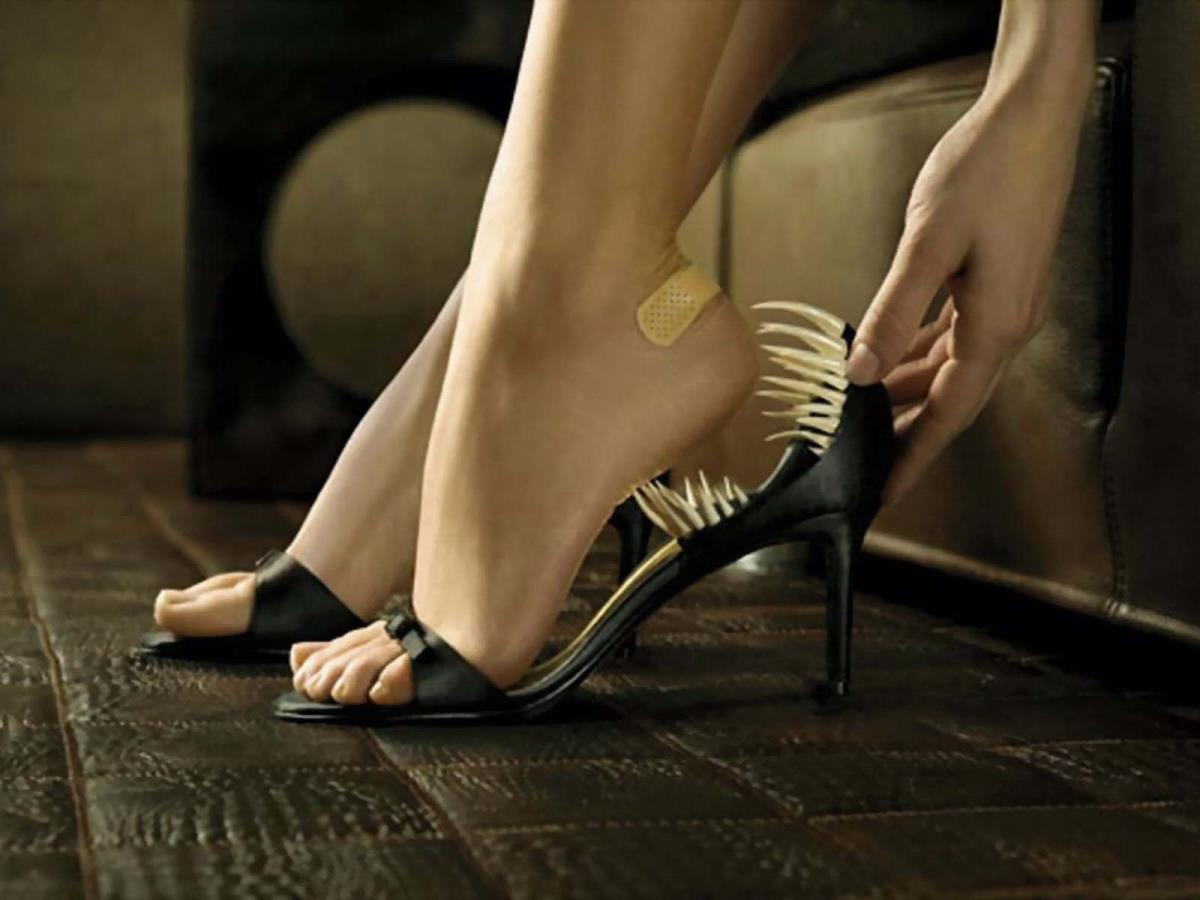 Неудобные туфли вебкам эротика девушка пришла устраиваться на работу