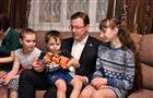 Дмитрий Азаров поздравил с новосельем многодетную семью