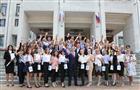 Глава региона вручил золотые медали выпускникам школ области