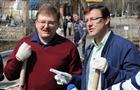 Областные чиновники и журналисты в субботу убирали Загородный парк