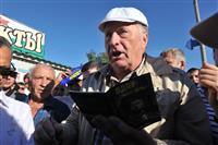Владимир Жириновский раздавал самарцам деньги и арбузы
