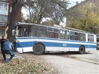 В Самаре троллейбус врезался в дерево, пострадали водитель и кондуктор