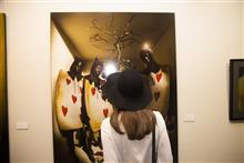 На открытие выставки был объявлен конкурс на самый интересный головной убор. Только одна девушка была замечена в шляпе.