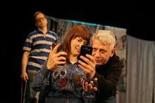 Режиссер театра «МирОК» показывает участникам спектакля, как правильно делать селфи.