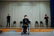 Екатерина Сизова руководит репетицией танцевального спектакля.