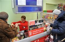 Сотрудники помогают покупателям