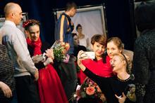 Екатерина Сизова и актеры ее студии принимают цветы и поздравления после премьерного спектакля о Фриде Кало.