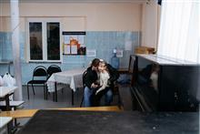 Папа обнимает дочь в перерыве занятий в инклюзивной студии. Большинство участников студии приходит на занятия с родителями.