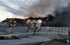 В Кинеле при помощи двух пожарных поездов тушат полыхающий ангар