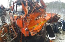 В Жигулевске два грузовика врезались в машину дорожной службы