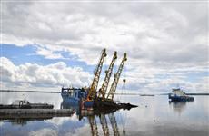 В Саратове в акватории участка строительства набережной начался подъем со дна реки парового буксира