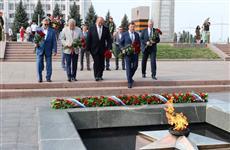 Дмитрий Азаров и Александр Карелин возложили цветы к Вечному огню в годовщину победы советских войск в Курской битве