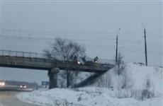 """Под Тольятти """"легковушка"""" повисла на мосту"""