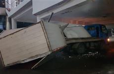 В новокуйбышевском ТЦ водитель грузовика сломал будку, врезавшись в переход