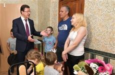 Многодетную тольяттинскую семью поздравил с новосельем Дмитрий Азаров