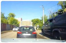 В Волгаре военные УАЗы с пулеметами объезжали пробку по тротуару