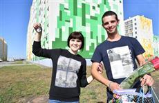 Дмитрий Азаров вручил ключи от новых квартир детям-сиротам