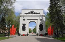 Дмитрий Азаров возложил цветы к арке Победы на аллее Трудовой Славы
