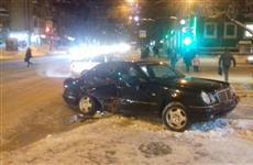 """Водитель Mercedes """"уронил"""" дорожный знак на пешехода"""
