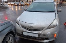 В Самаре госпитализирована пенсионерка, на которую отбросило машину после ДТП