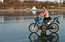 Самарец, раздевшись топлесс, прокатился под Южным мостом по льду на мотоцикле